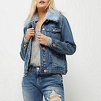 Petite – Mittelblaue Jeansjacke mit Kunstfellbesatz