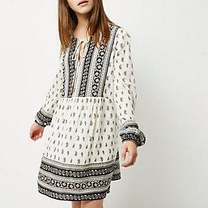 RI Petite - zwart met witte jurk met paisleyprint