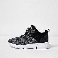 Zwart met grijze sneakers