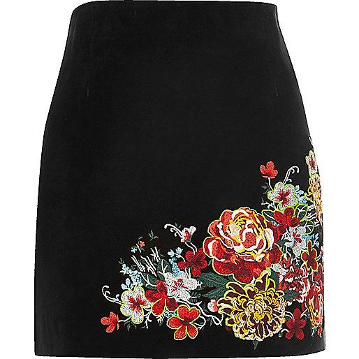 Mini-jupe en daim noire brodée