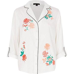Wit pyjamashirt met geborduurde bloemen