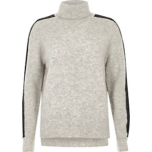 Grijze pullover met gestreepte mouwen en col