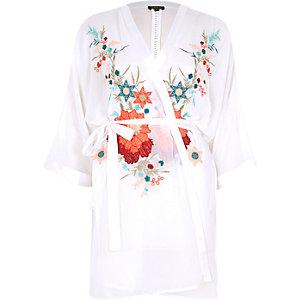 Weißer Bademantel mit Blumenstickerei