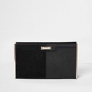 Zwarte clutch met textuur en metalen accenten