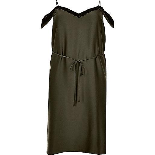 Plus – Trägerkleid in Khaki mit Schulterausschnitten