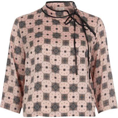 Roze satijnen blouse met print en strikje bij de hals
