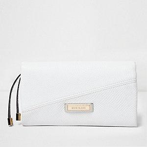 Weiße Geldbörse mit Umschlag