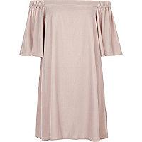 Robe trapèze en velours rose à encolure Bardot