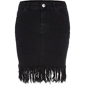 Zwarte gewassen denim rok met gerafelde zoom