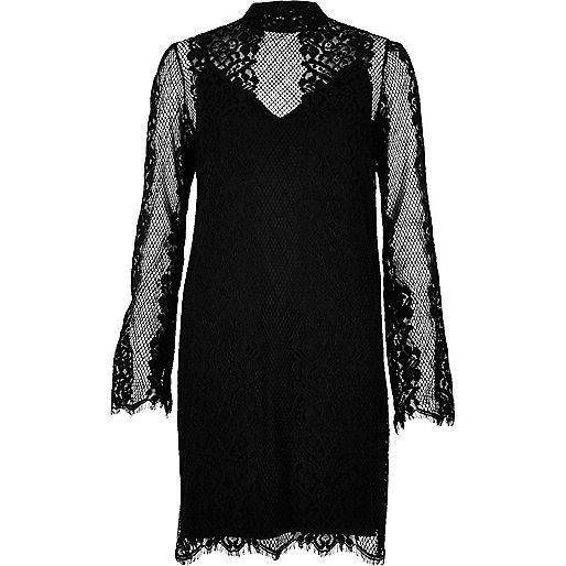 Robe noire avec superposition en dentelle