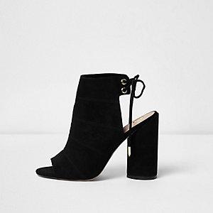 Boots noires nouées à l'arrière