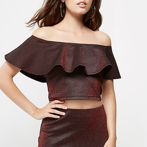 Petite – Bardot-Crop Top mit Rüschen in Rot-Metallic