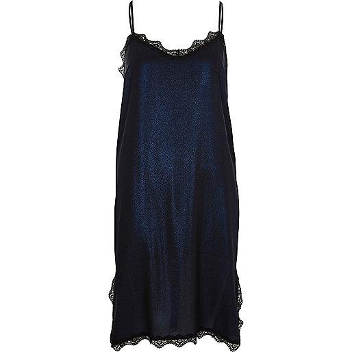 Robe mi-longue bleu métallisé à bordure en dentelle