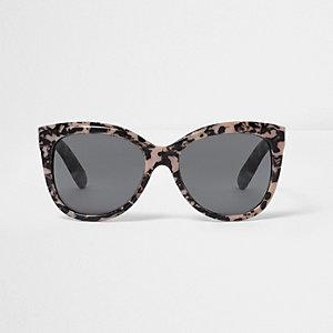 Roze cat-eye-zonnebril met grijze glazen