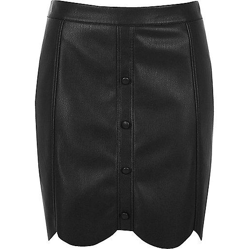 Mini-jupe en cuir synthétique noir à ourlet festonné