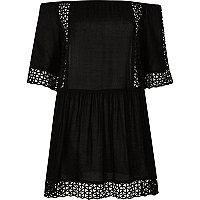 Schwarzes, schulterfreies Kleid mit Laserschnittmuster