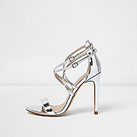 Barely There – Riemchensandalen in Silber-Metallic
