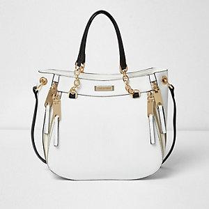 Witte handtas met rits en schakels aan handvat