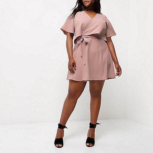 Plus – Pinkes Kleid mit Schulterausschnitten und Rüschen