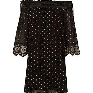 Robe noire brodée smockée coupe trapèze