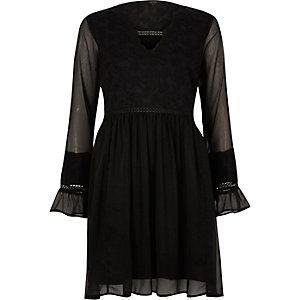 Robe en dentelle noire à smocks et manches longues
