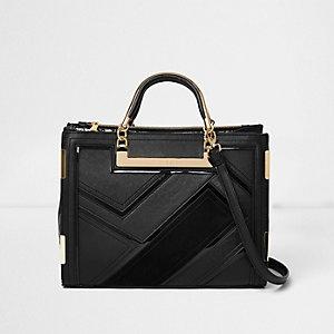 Zwarte handtas met paneeldetails en metallic hengsel