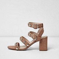 Sandales beiges cloutées à talons carrés