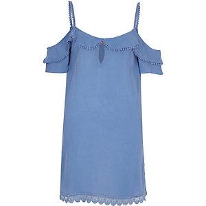 Robe bleue à épaules dénudées et volant