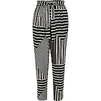 Zwarte smaltoelopende broek met strepen en strik
