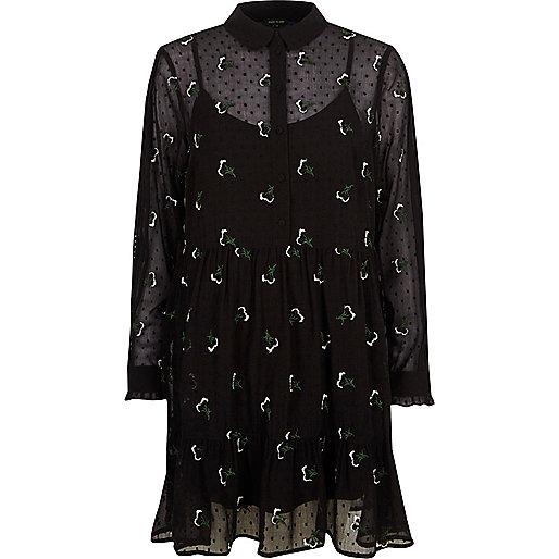Robe à fleurs noire avec plis à l'ourlet