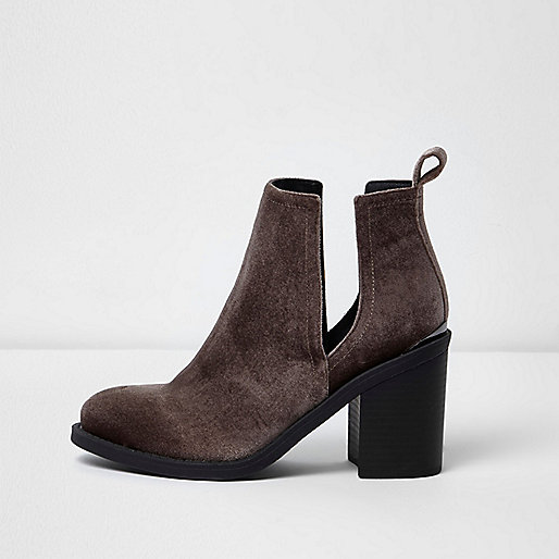 Bottines en velours marron à découpes