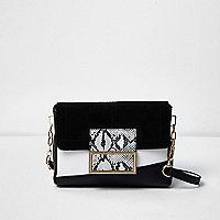 Schwarz-weiße Tasche mit Schlangenledermuster