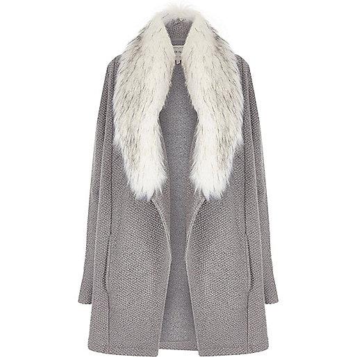 Veste grise avec col en fausse fourrure