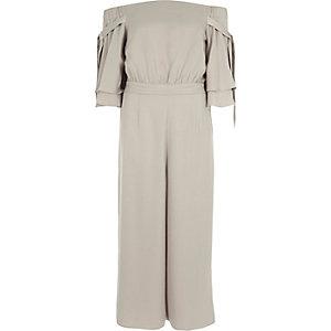 Zilverkleurige broekrok-jumpsuit met bardothalslijn