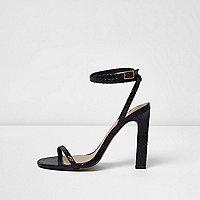Barely There – Schwarze Sandalen in Schlangenlederoptik