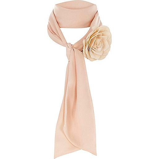 Foulard rose poudré fin avec fleur en relief