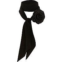 Foulard noir fin avec fleur en relief