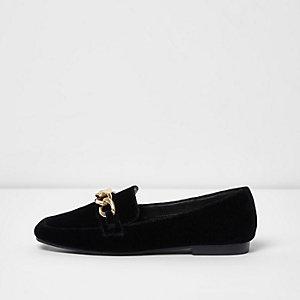 Schwarze Loafer mit goldener Kette
