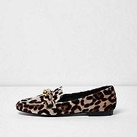 Beige loafers met luipaardprint en goudkleurige ketting