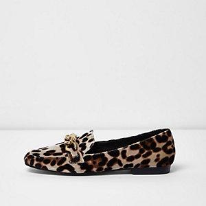 Beige Loafer mit Leopardenmuster und Kette