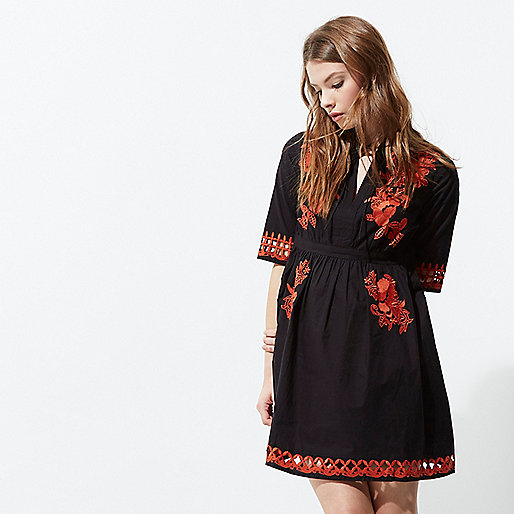 Gesmoktes Kleid mit Stickerei