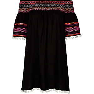 Schwarzes, gesmoktes Bardot-Kleid mit Bommeln