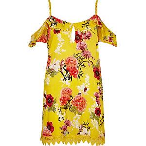 Robe de plage à fleurs jaune avec épaules dénudées et volant