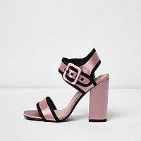 Sandales en satin roses à talons carrés