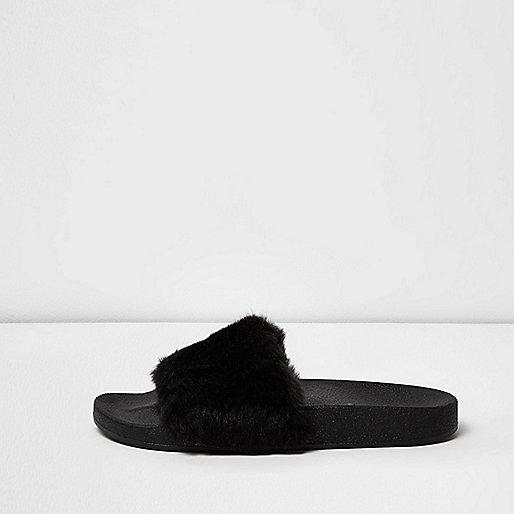 Schwarze, flauschige Slipper