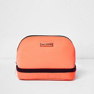Trousse de maquillage orange zippée sur le bas