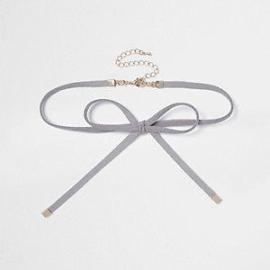 Collier ras-de-cou en suédine grise avec nœud