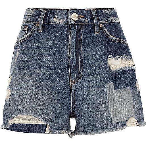 Short en jean bleu délavage moyen usé à écussons
