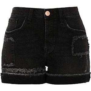 Boyfriend-Shorts in schwarzer Waschung