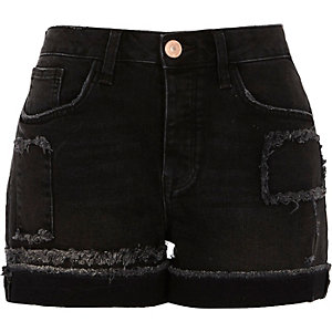 Washed zwarte gerafelde boyfriend short met applicaties